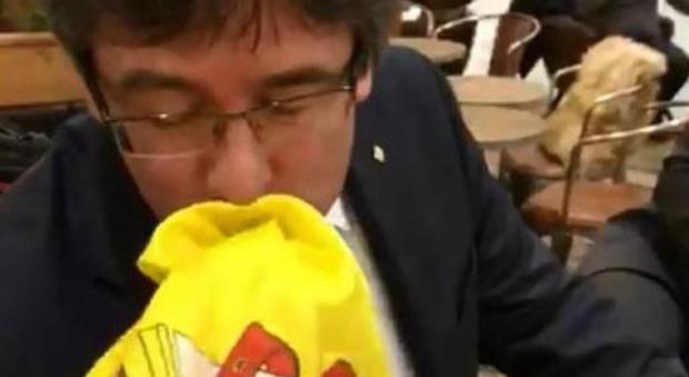 Un giovane nazionalista spagnolo è riuscito oggi a Copenaghen a ottenere la  foto di un bacio del presidente uscente catalano il secessionista Carles ... 7673e2627ce
