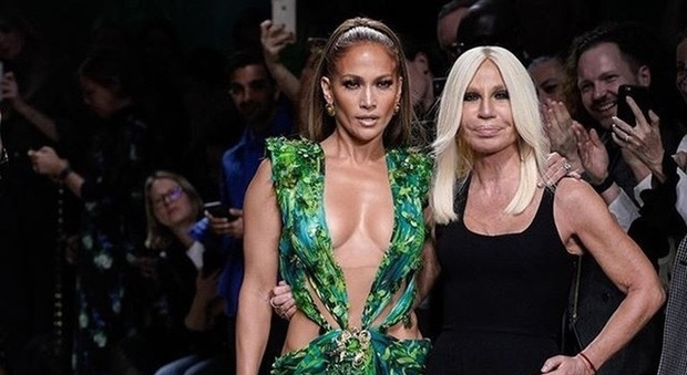 Versace in causa contro l'azienda americana: «Hanno copiato il Jungle Dress indossato da Jennifer Lopez»