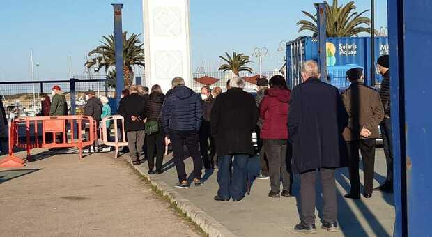 Covid, over 80 in fila per la vaccinazione al Pala Becci (foto Max Schiazza)