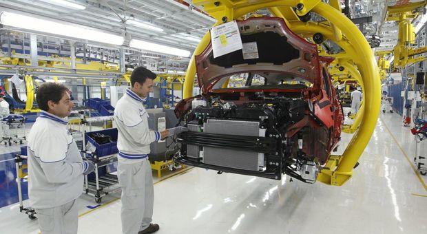 Operai al lavoro in una fabbrica Fiat