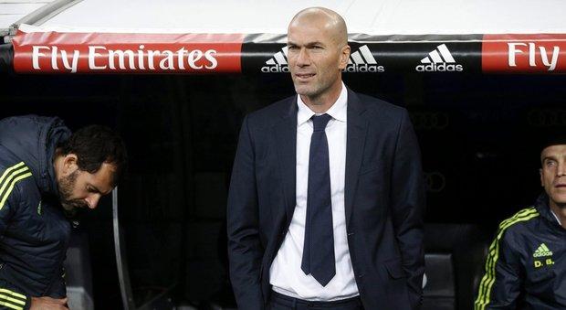 Gareth Bale dà la mano a Zinedine Zidane