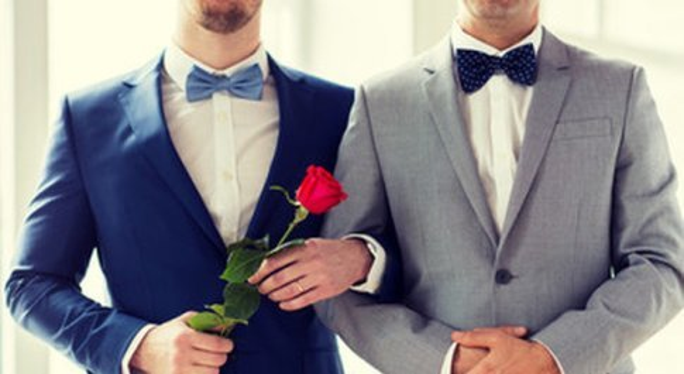 Chiesa in subbuglio in Germania, vescovo chiede la benedizione per le coppie gay