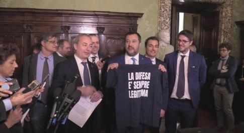 Matteo Salvini imbraccia un fucile