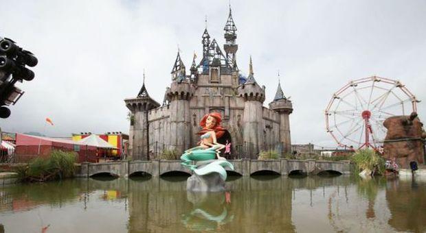 """Banksy fa il verso a Disneyland con il suo parco divertimenti tetro """"Dismaland"""""""
