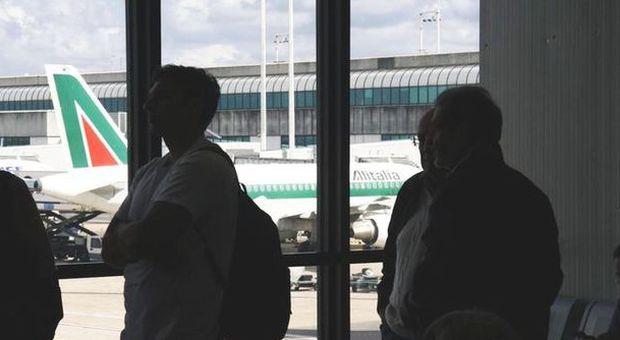 Alitalia, partono mille licenziamenti: già disattivati i badge elettronici. La protesta dei sindacati
