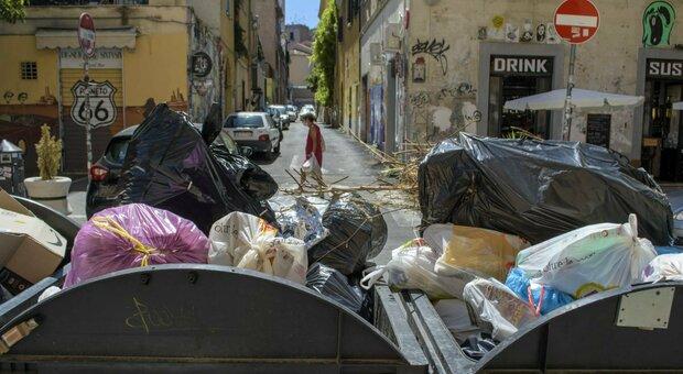 Roma, Pigneto sommersa dai rifiuti «Non raccolti dopo la movida»