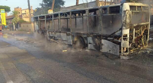 Roma, autobus Atac prende fuoco in via Tuscolana: nessun ferito