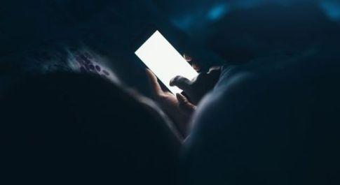 Rimane cieco mentre gioca al cellulare a luci spente, gli esperti: «Frequente tra gli utenti di smartphone»
