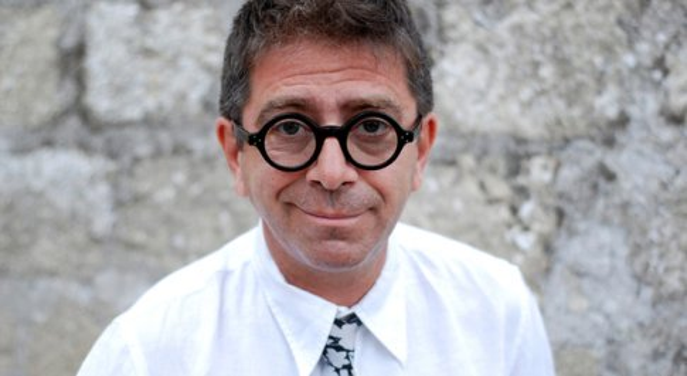 Pino Strabioli positivo al Covid-19: «Il virus non scherza, io non ci ho mai scherzato»