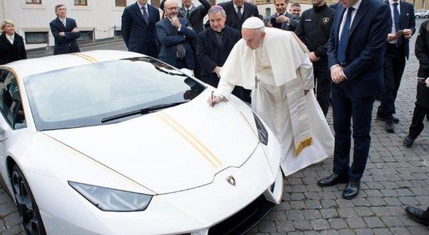 All'asta la Lamborghini Huracane donata al Papa: i 900mila euro andranno alle donne vittime della tratta