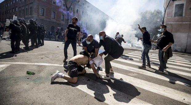 """Ultrà al Circo Massimo, un'intervista """"di troppo"""" il pretesto dei neofascisti per caricare giornalisti e polizia"""