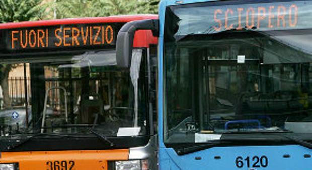 Roma, blitz dell'assessore Meleo nella rimessa Atac: «Entro marzo 150 nuovi bus»
