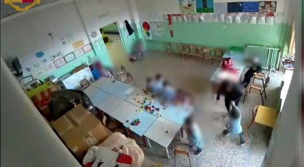 Matera, bambini con la testa sul banco: maestra d'asilo denunciata