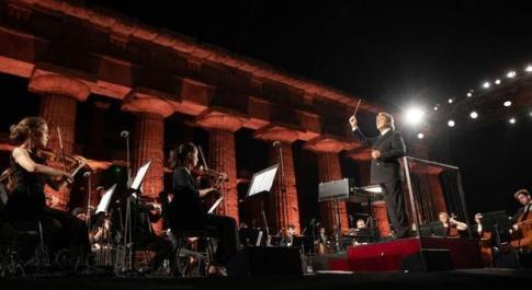 Su Rai 1 il 23 luglio il concerto di solidarietà per la Siria diretto da Riccardo Muti a Paestum: «Siamo contro tutte le atrocità»