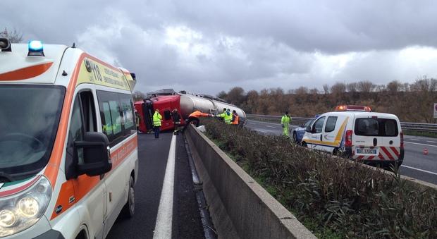 Roma, camion-cisterna si ribalta sull'A1, asfalto bagnato e traffico paralizzato