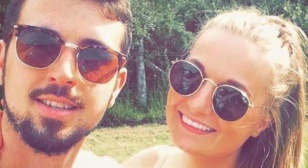 Si sveglia in vacanza per fumare una sigaretta, il fidanzato la trova morta in piscina