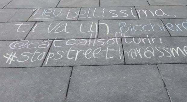 Le molestie verbali scritte con i gessetti in strada a Torino