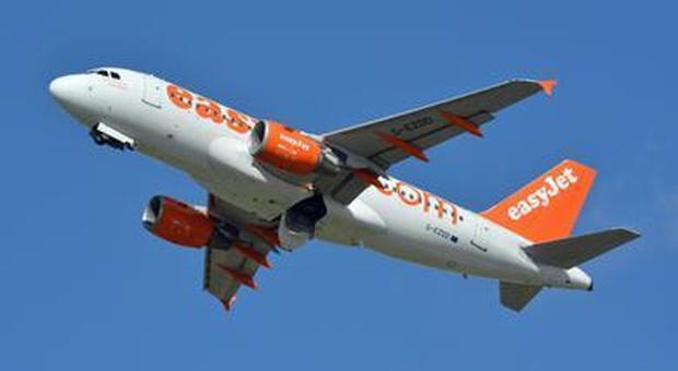 Poltrona senza schienale in aereo, la compagnia chiede di cancellare la foto dai social