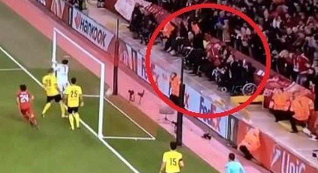 """Il """"miracolo"""" di Anfield Road: disabile si alza dalla carrozzina al gol del Liverpool"""