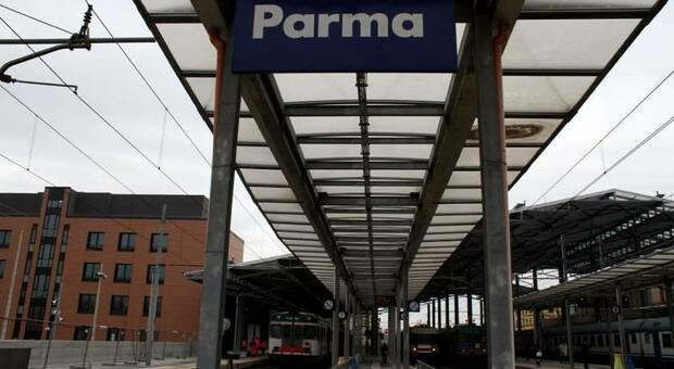 Parma, tunisino 21enne lancia transenne sui binari per far deragliare il treno: arrestato