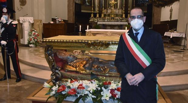 Il sindaco di Terni con la statua di san Valentino