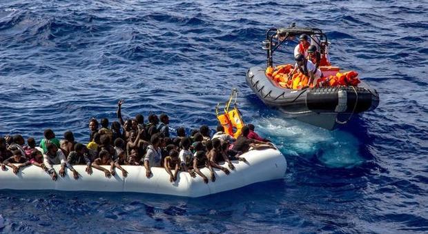 Migranti, tensione tra i 180 a bordo della Ocean Viking: minacciano di gettarsi in mare
