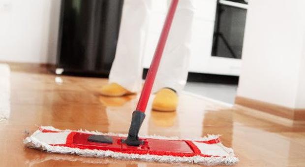 Coronavirus, Iss: «Pericoloso mischiare candeggina con altri detersivi per pulire i pavimenti»