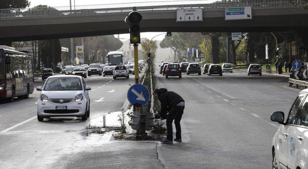 Roma, ragazze investite a Corso Francia, i testimoni: «Correvano mano nella mano, hanno scavalcato il guardrail»