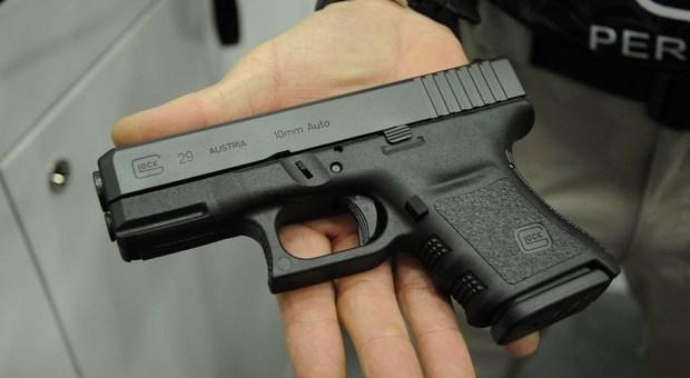 Como, spara al bullo che ha picchiato il figlio ma si ferisce rimettendo la pistola in tasca: arrestato