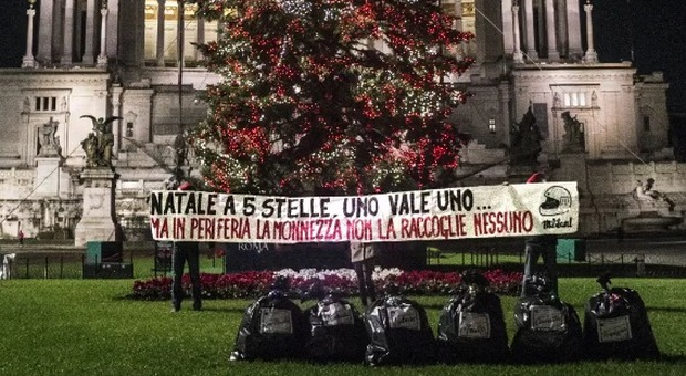 Roma, blitz a piazza Venezia, il nuovo Spelacchio sommerso dai rifiuti: «Un regalo per la Raggi»