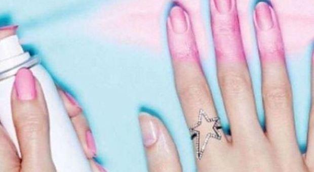 Novità nel mondo dello smalto, arriva quello spray: per una manicure perfetta basta uno spruzzo