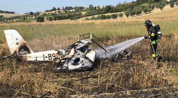 Cade e prende fuoco ultraleggero a Favale, pilota e passeggero salvi per miracolo