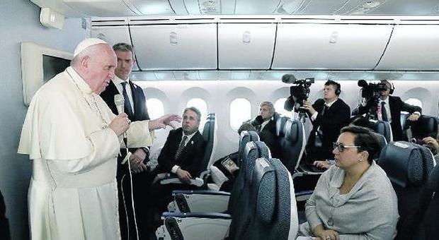 il Papa durante il volo di ritorno da Tokyo