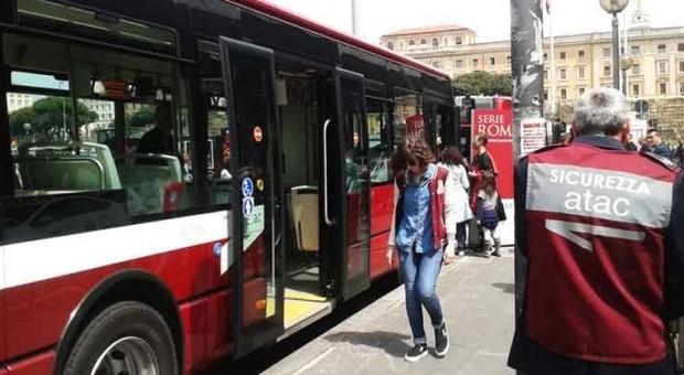 Roma, tampona un autobus, insegue l'autista e lo aggredisce a pugni