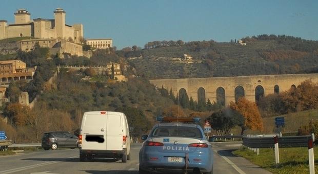 Spoleto, coppia di turisti sorpresa sul Ponte delle Torri. In azione la polizia: scattano sanzioni e denuncia