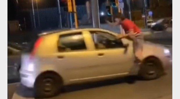TikTok, paura planking challenge: ragazzini si lanciano contro le auto in corsa a Gallipoli