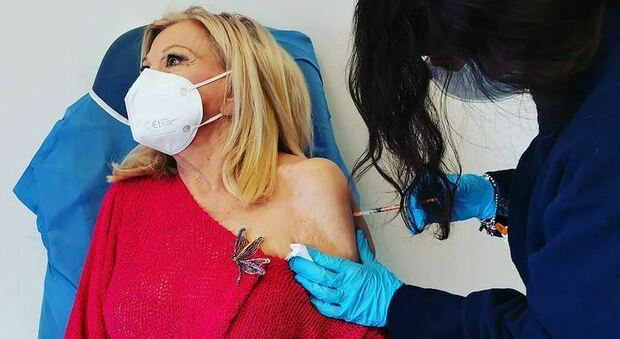 Sandra Milo supera il terrore degli aghi e si vaccina: «Mi volto dall'altra parte per non guardare»