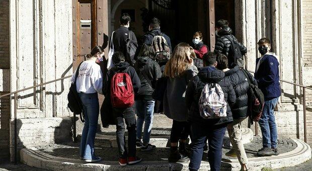 Scuola, a Roma ripresa ad ostacoli: «Mezzi stracolmi, attacchi hacker e nessun tampone»