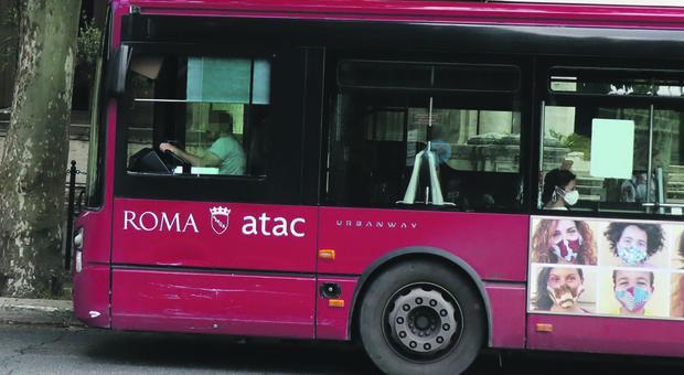Virus Roma: sale sul bus, non rispetta le distanze e minaccia un passeggero con una lama. Arrestato un libico