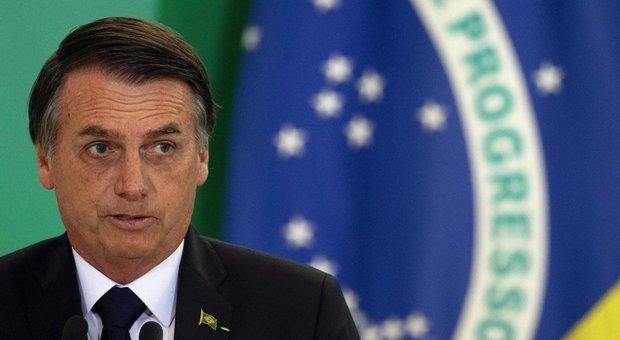 Coronavirus, Bolsonaro: «Sono positivo al Covid». Ma poi si toglie la mascherina