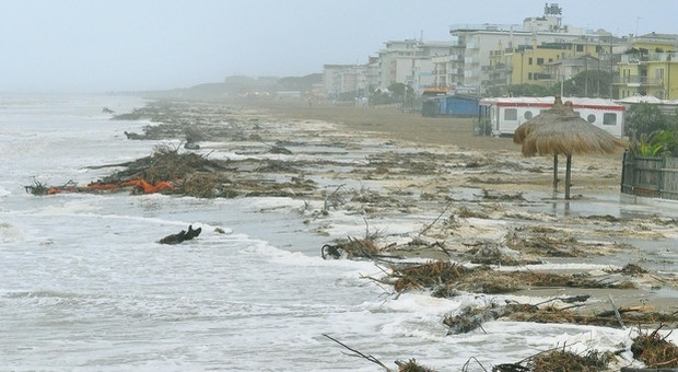 Maltempo, le spiagge di Caorle spazzate via. «Non abbiamo più sabbia»