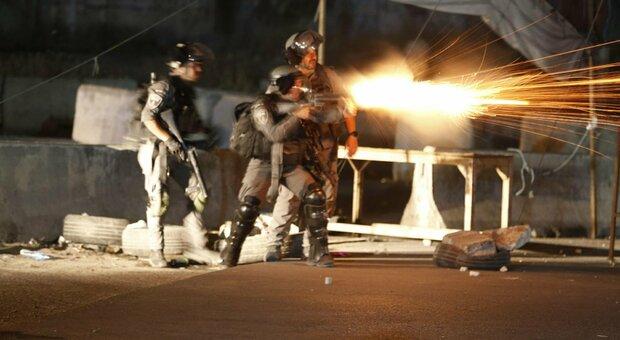 Israele, da Gaza partiti 250 razzi, raid dell'esercito su 130 obiettivi. Hamas: «Stop attacchi o sarà l'inferno»