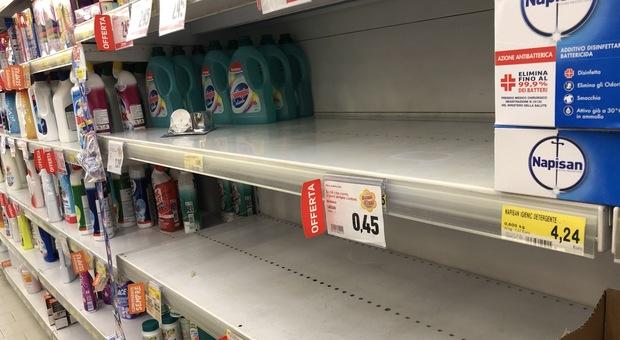 Coronavirus, file nei supermercati anche a Roma: caccia a cibi in scatola e disinfettanti