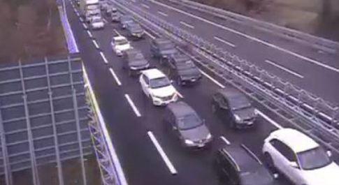 Albero contro le auto sulla A1: 13 chilometri di coda in Valdichiana