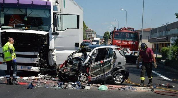 Incidente con la Smart contro un camion: due donne gravissime e strada chiusa
