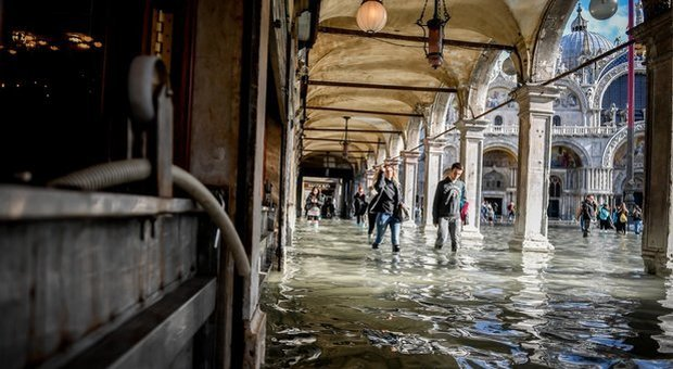 Venice flooded, schools closed tomorrow due to red alert: tide is feared at 145 cm