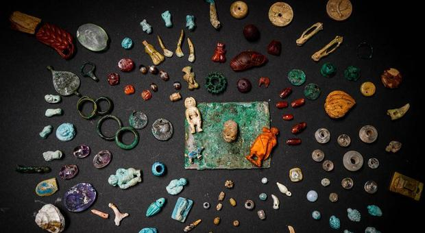 Pompei, trovato il tesoro della fattucchiera: ambre, pietre preziose e amuleti di ogni tipo
