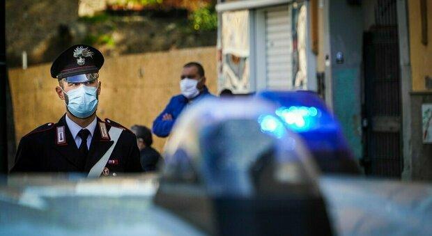 Napoli, rubano abete di 4 metri e fuggono in sella a 3 scooter. Inseguiti dai carabinieri, cadono a terra