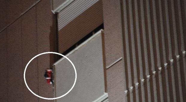 Roma bimbo precipita dalla finestra indagato il padre - Bimbo gettato dalla finestra ...
