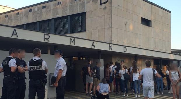 Francia, l'ex ragazzo la accoltella alle spalle all'uscita di scuola: grave 15enne
